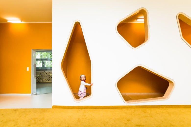 Sala pomarańczowa. W barwach ziemi, dla najmłodszej grupy. Odkrywanie zmysłem dotyku, równowagi, ciężaru. Poznanie materii