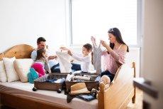 Jak przygotować się do dalekiej podróży z dzieckiem? Wymieniamy rzeczy, które należy spakować, jeśli chcemy spędzić rodzinny urlop w takim egzotycznym miejscu jak Dubaj