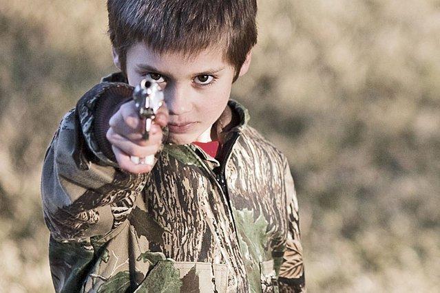 Chłopcy uczący się przemocy podczas zabaw w wojnę będą odważniejsi i bardziej męscy?