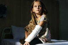 Grupowe ubezpieczenie szkolne to typowa polisa NNW, która zapewnia dziecku ochronę finansową w razie złamania ręki, zwichnięcia nadgarstka i innych mniej lub bardziej poważnych następstw  nieszczęśliwych wypadków