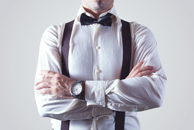 Fot. Pixabay / [url=https://pixabay.com/en/man-person-shirt-bow-tie-suspender-407095/]SplitShire[/url] / [url=https://pixabay.com/en/service/terms/#download_terms]CC0 Public Domain[/url]