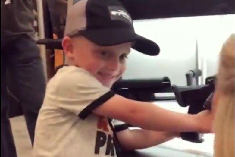 4-letni chłopiec bawi się bronią