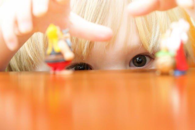 Małe, ogólnodostępne zabaweczki dla dzieci kosztują niewiele, więc rodzice dają się łatwo na nie naciągnąć.