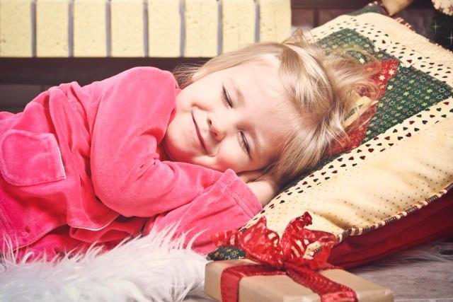 Obdarowując malucha, bardzo często zaspokajamy przy okazji własne potrzeby emocjonalne