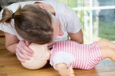 Pierwsza pomoc u niemowlęcia. Podpowiadamy, jak udrożnić drogi oddechowe dziecka i przeprowadzić resuscytację, gdy przestało oddychać