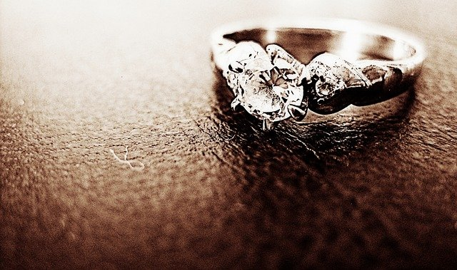 Fot. Pixabay/[url=https://pixabay.com/en/ring-diamond-jewelry-engagement-441783/]DGlodowska[/url] / [url=http://bit.ly/CC0-PD]CC0 Public Domain[/url]