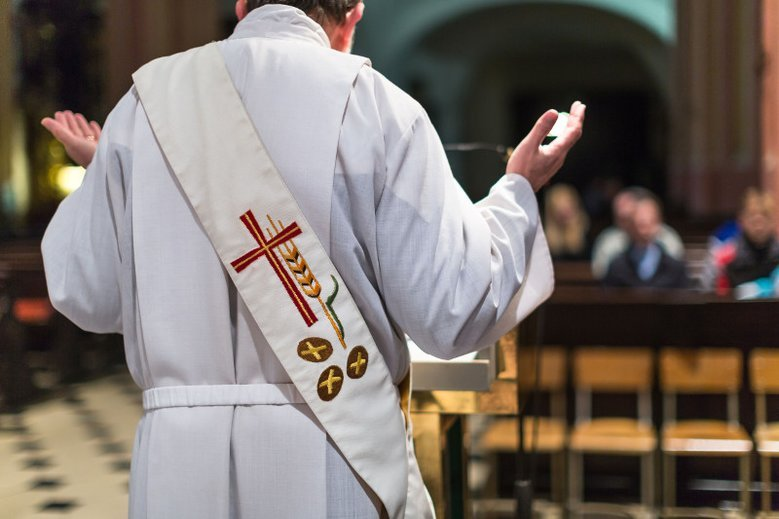 Ksiądz Franciszek Głód stwierdził, że nieskromnie ubrane kobiety oraz ich ekstrawaganckie zachowanie prowokuje mężczyzn do grzechu.