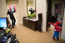 Barack Obama wydaje się przegrywać w pojedynku ze spidermanem