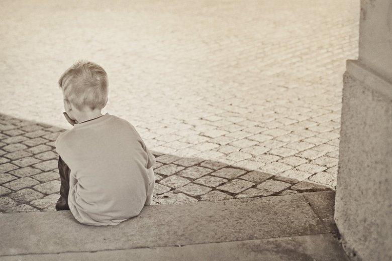 Fot. FeeLoona/ [url=https://pixabay.com/pl/samotny-ch%C5%82opiec-dziecko-sad-604086/]Pixabay [/url] / [url=https://pixabay.com/pl/service/terms/#usage]CC0 Public Domain[/url] Nie tylko staruszkowie bywaja samotnie - może to dotyczyć nawet i dzieci