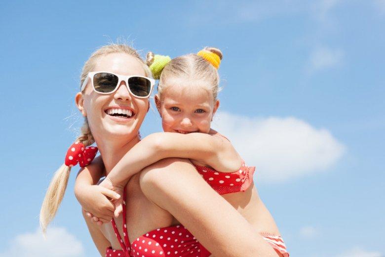 W słoneczne dni nosimy okulary przeciwsłoneczne. Czemu jednak  zapominamy o swoich dzieciach? Ich oczy bardziej potrzebują ochrony niż nasze