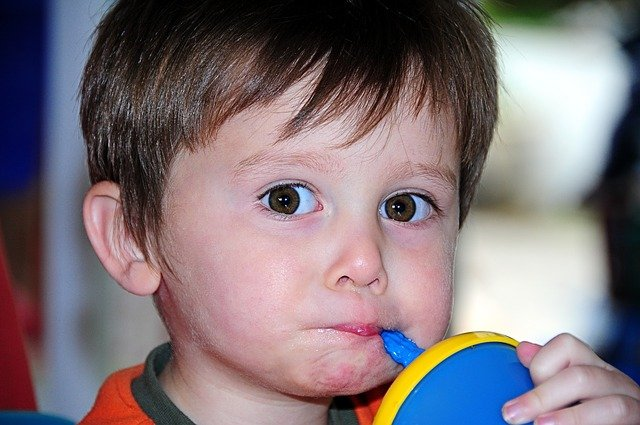 Fot. Pixabay/[url=https://pixabay.com/pl/ma%C5%82o-ch%C5%82opiec-dziecko-wielkie-oczy-102283/]digihanger[/url] / [url=  http://pixabay.com/pl/service/terms/#download_terms]CC O[/url]