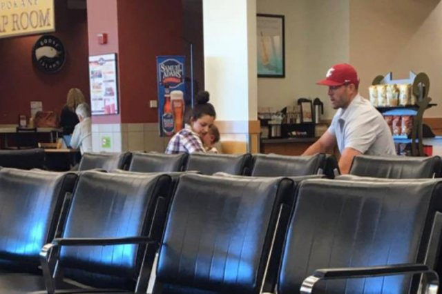 To zdjęcie wykonał Clint na lotnisku i to ono skłoniło go do napisania kilku słów do rodziców.
