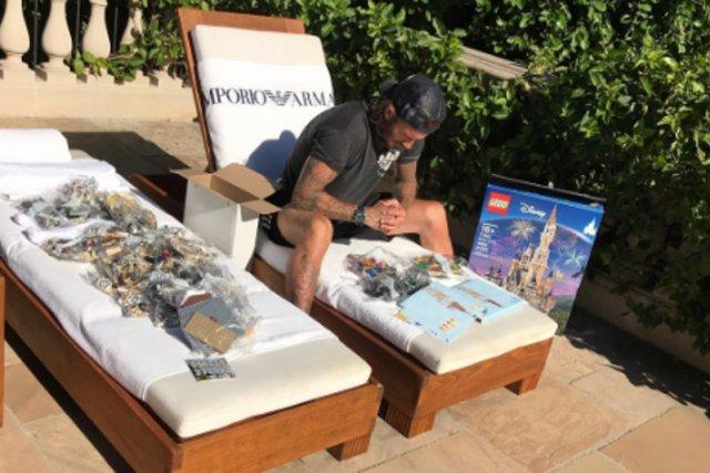 David Beckham z rezygnacją pochyla się nad 4 tys. elementów klocków lego.