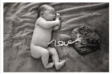 """Fot. Screen z Facebooka [url=https://www.facebook.com/emmajeanphotographictales/?fref=nf] Emma Jean Photography[/url] /  Pępowina ułożona w słowo """"love"""" wyraźnie pokazuje miłość między matką a dzieckiem"""