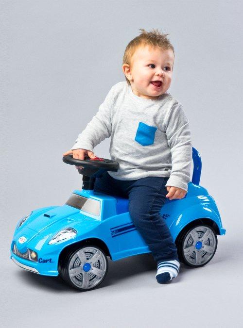 Podstawowe funkcje jeździka często uzupełniane są o elementy interaktywne. Fot. jeździk-pchacz Cart, [url=http://www.toyz.pl/]www.toyz.pl[/url]