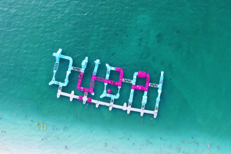 Leżący nad Zatoką Perską Dubaj jest miastem, którego atrakcje są związane również z wodą. Znajdziemy tu jedne z największych na świecie akwariów, a także imponujące rozmachem parki wodne